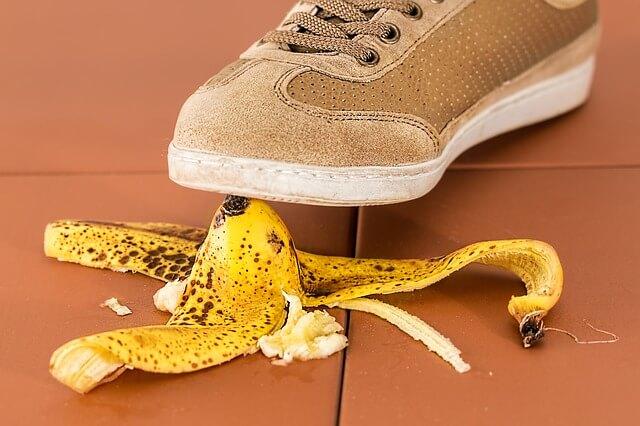 baleset, banánhéj, csúszós