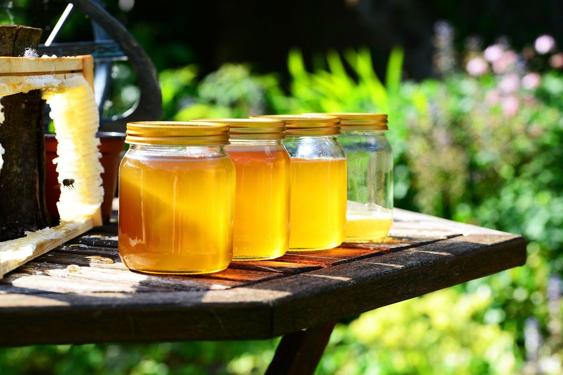 különleges mézek üvegben